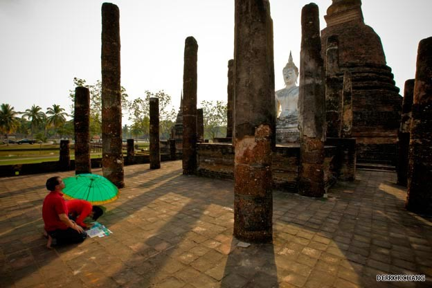 Buddhists pay their respects to the seated Buddha at Wat Trapang Ngoen.jpg