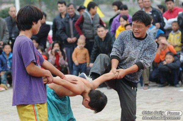 seeming-child-abuse-appears-on-road-show-netizen-reactions-01-600x397.jpg